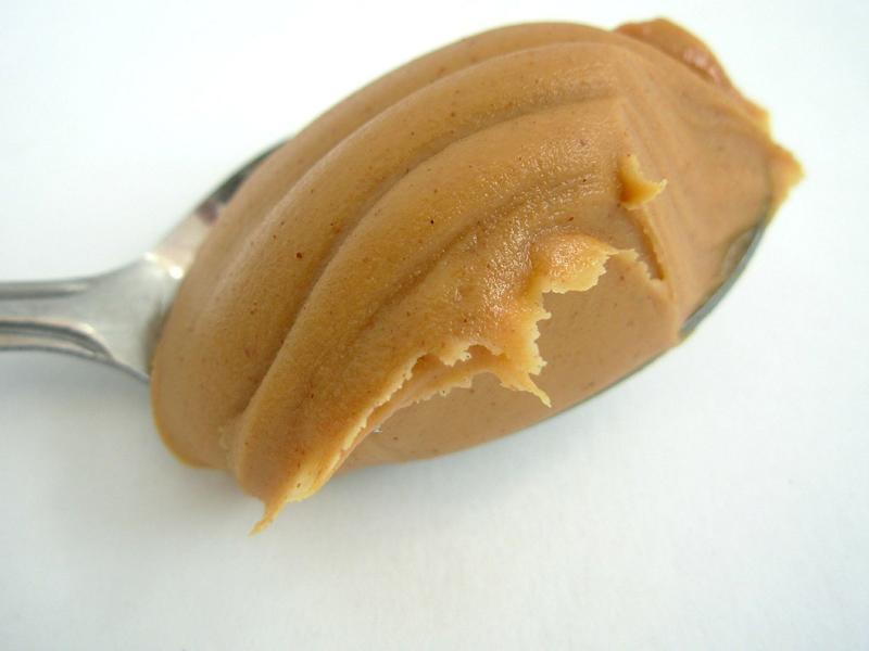 Löffel mit Erdnussbutter